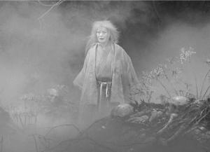Fotograma de la película, en el que se aprecia la fantasmagórica atmósfera así como la subyugante puesta en escena.